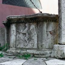 Corso Cavour - slargo con pozzo, grifo e resti di una colonna