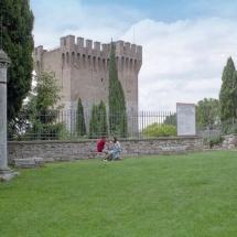 Prato del tempio di Sant'Angelo - colonna romana e, sullo sfondo, il Cassero