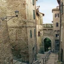 Via Bonaccia e, sullo sfondo, Porta Santa Margherita